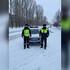 В воронежском райцентре полицейские в ледяной дождь толкали заглохшую машину