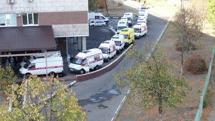 Пациенты скорых рассказали о 7-часовом ожидании помощи перед воронежской больницей