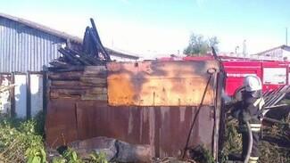Под Воронежем дорогостоящая иномарка сгорела вместе с гаражом