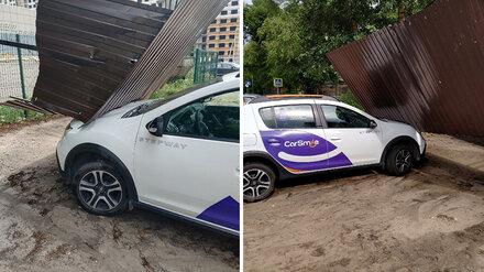 Сильный ветер повалил забор на машину каршеринга в Воронеже