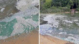 Экологи назвали возможную причину появления густой серой пены на воронежской реке
