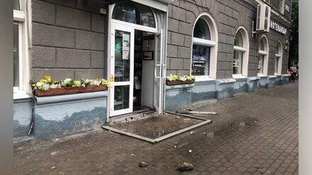На оживлённой улице в центре Воронежа рухнула часть балкона