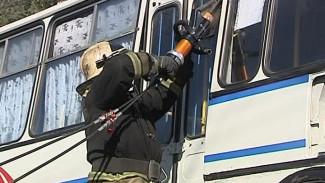 Скорая, МЧС и полиция спасали условных пострадавших из горящего автобуса