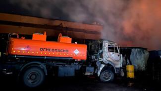 Охвативший огнеопасные бензовозы пожар в Воронеже удалось потушить в последний момент
