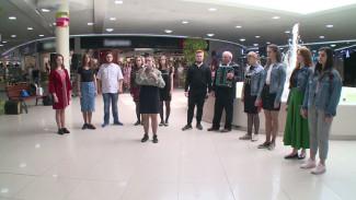 Воронежцы повторили военный песенный флешмоб у фонтана в торговом центре