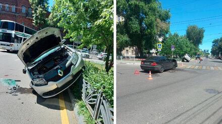 В Воронеже после ДТП на перекрёстке иномарка повисла на заборе: пострадали двое