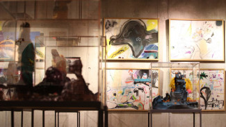 Страшные игрушки и невероятные пейзажи представил на выставке воронежский художник