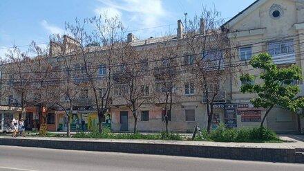 В Воронеже у многоэтажки неизвестные просверлили деревья