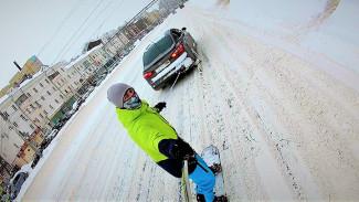 Экстремал прокатился по центру Воронежа на сноуборде, привязавшись тросом к авто