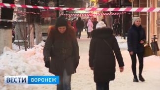 В Воронеже вместо расчистки крыш от сосулек перекрыли тротуары