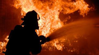 В Воронеже припаркованная машина помешала спасателям подъехать к горящей многоэтажке