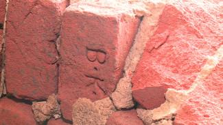 На раскопанных загадочных тоннелях в центре Воронежа нашли старинные клейма