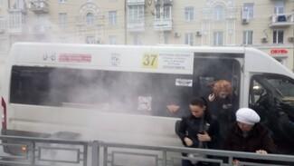 Очевидцы: в центре Воронежа загорелась маршрутка с пассажирами