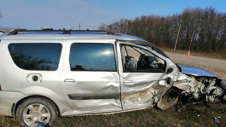 В Воронежской области в лобовом ДТП пострадали три человека