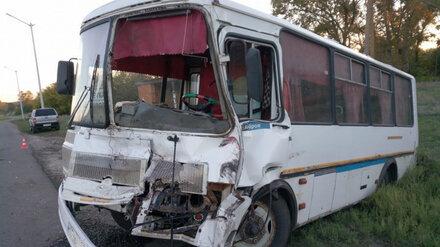 Протаранивший автобус тракторист в Воронежской области сбежал с места ДТП