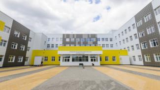 Учеников новой школы в воронежском микрорайоне оставили без обещанного автобуса