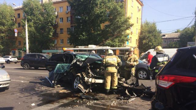 В Воронеже Lexus превратился в груду металла в ДТП с грузовым авто мебельного магазина
