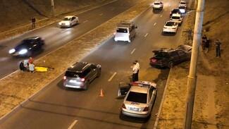 Очевидцы рассказали, как в Воронеже Mercedes сбил парня и с ним рухнул с эстакады к мосту