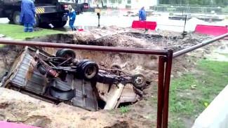 В Воронеже «ГАЗель» рухнула в яму теплотрассы: появилось видео