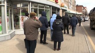 «Не на что купить хлеба». Воронежцы рассказали о причинах огромной очереди в банк