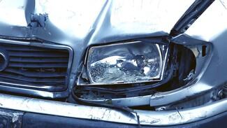 Под Воронежем ехавший по обочине водитель врезался в BMW: пострадал ребёнок