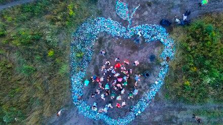 Собранное воронежскими экоактивистами огромное яблоко из мусора показали с высоты