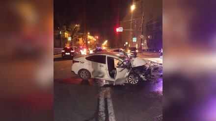 В Воронеже на светофоре такси врезалось в иномарку: пострадали водитель и пассажир