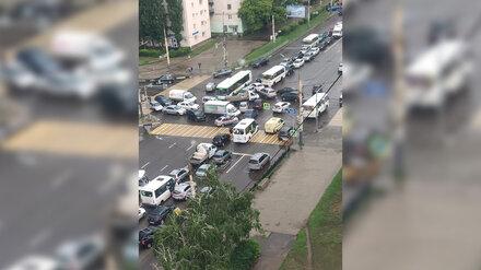 Воронежцы сообщили о выключившихся после удара молнии светофорах на перекрёстке