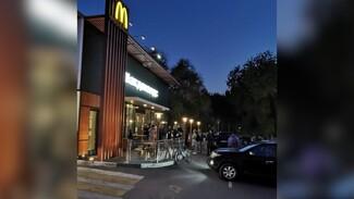 Воронежцы выстроились в очередь у «Макдональдса» в последний день без QR-кодов