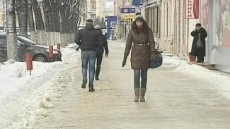 Воронежцы приноровились ходить по скользким дорогам без падений и травм