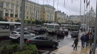 Разгневанных платными парковками воронежцев успокоили дополнительными автобусами в час пик