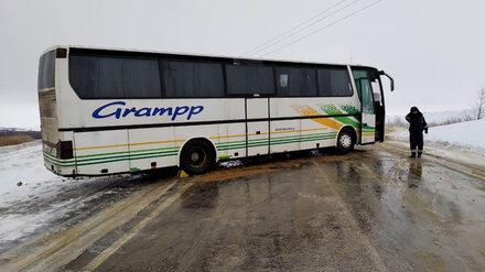 Рейсовый автобус с пассажирами застрял на трассе в Воронежской области из-за гололёда