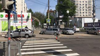 Два автомобиля вылетели на тротуар после массового ДТП на перекрёстке в Воронеже