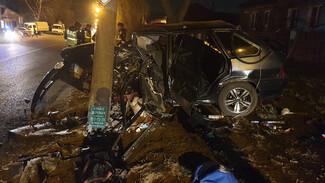 В Воронеже водитель ВАЗа на скорости влетел в столб и чудом остался жив