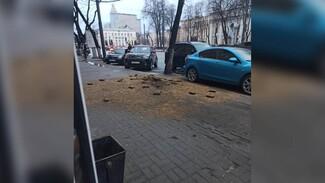 В центре Воронежа взорвался тротуар: появилось фото