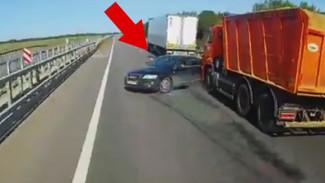 В сети появилось видео с водителем иномарки, спровоцировавшим крупное ДТП с 2 пострадавшими