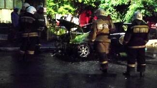 В Воронеже через дорогу от популярного ТЦ сгорело такси