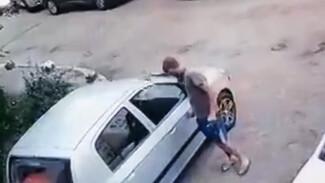 «Народный мститель» под камерами поцарапал несколько машин в воронежском микрорайоне
