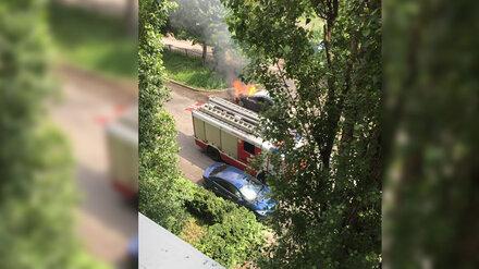 В Воронеже у жилого дома загорелся автомобиль