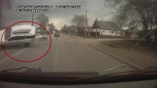Появилось видео момента ДТП с перевернувшейся иномаркой воронежского депутата