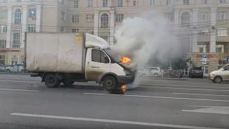 В центре Воронежа во время движения вспыхнула «Газель»: появилось видео