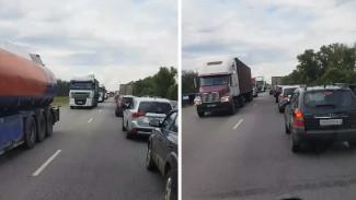 В Воронежской области на трассе у Лосево образовалась пробка в 20 км