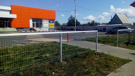 Очевидцы: из-за подозрительного предмета спецслужбы оцепили магазин под Воронежем