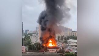 Мощнейший пожар в воронежском DNS показали на видео с высоты