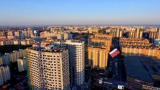 Воронежский экстремал пролетел над городом с 7-метровым флагом: появилось видео