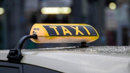 В Воронеже пьяные пассажиры избили и ограбили таксиста