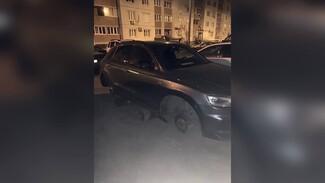 В Воронеже под окнами многоэтажек неизвестные сняли с Audi все колёса