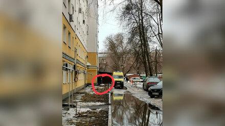 В центре Воронежа женщина выпала из окна пятиэтажки