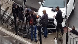 При въезде Lexus в остановку в Воронеже пострадал полицейский: ДТП сняли на видео