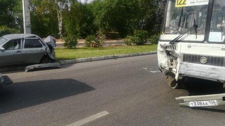 Появились фото искорёженной легковушки после ДТП с маршруткой в Воронеже